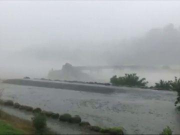 Las impactantes imágenes de una fuerte tormenta derruyendo un puente