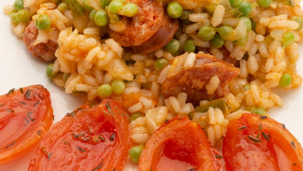 Arroz con chorizo y pétalos de tomate