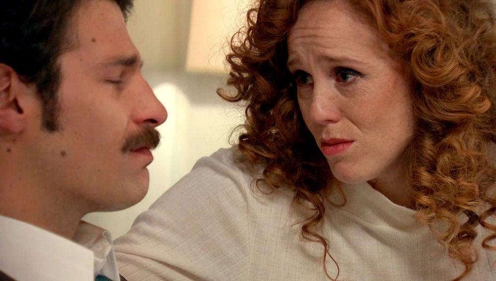 Natalia mitiga el dolor de Carlos que se culpa por dejar morir a la mujer que amaba