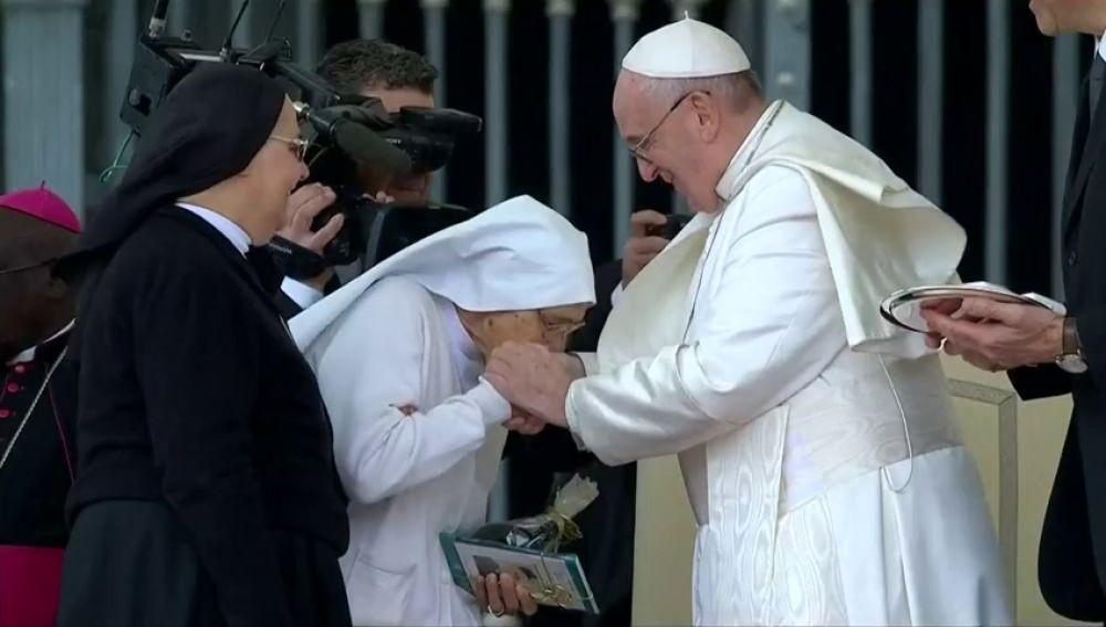 El Papa no retira la mano y acepta besos en la audiencia general en el Vaticano