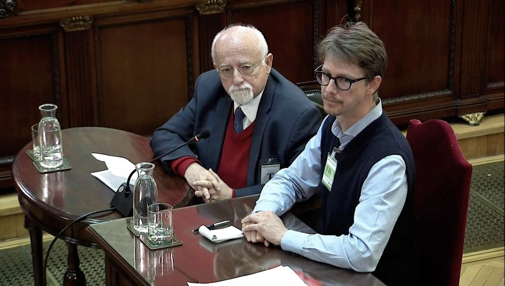 alemán Felix Von Grundbergm (i), supuesto observador internacional del referéndum del 1-O