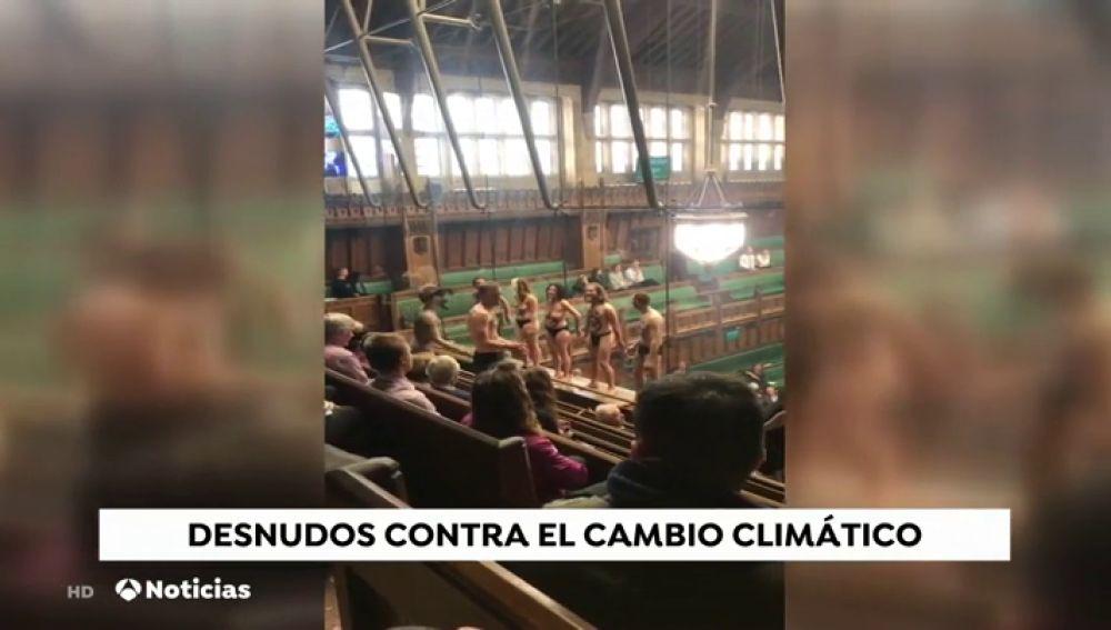 Un grupo de activistas se desnuda en el Parlamento británico para dar visibilidad al cambio climático