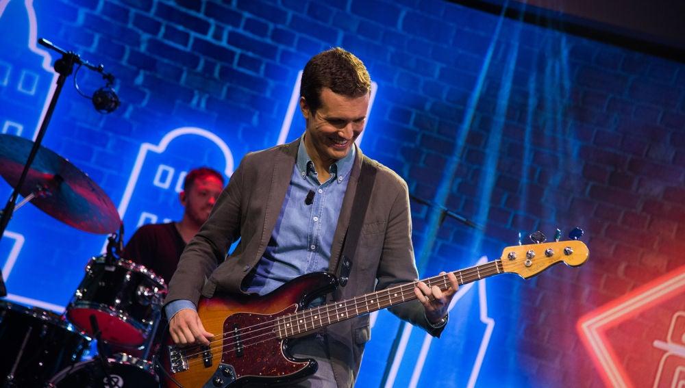 VÍDEO: Pablo Casado sorprende tocando el bajo con una versión de 'Uptown funk' en 'El Hormiguero 3.0'