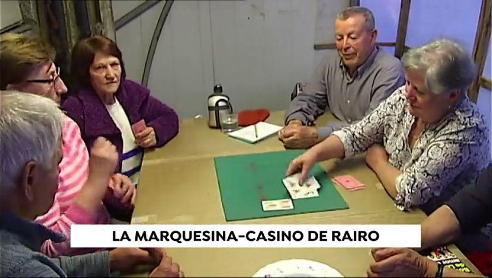 Una marquesina convertida en 'casino', el creativo lugar de encuentro entre los vecinos de Rairo