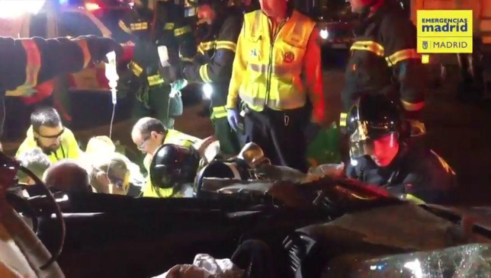 Una mujer resulta herida grave al empotrar su coche contra un camión