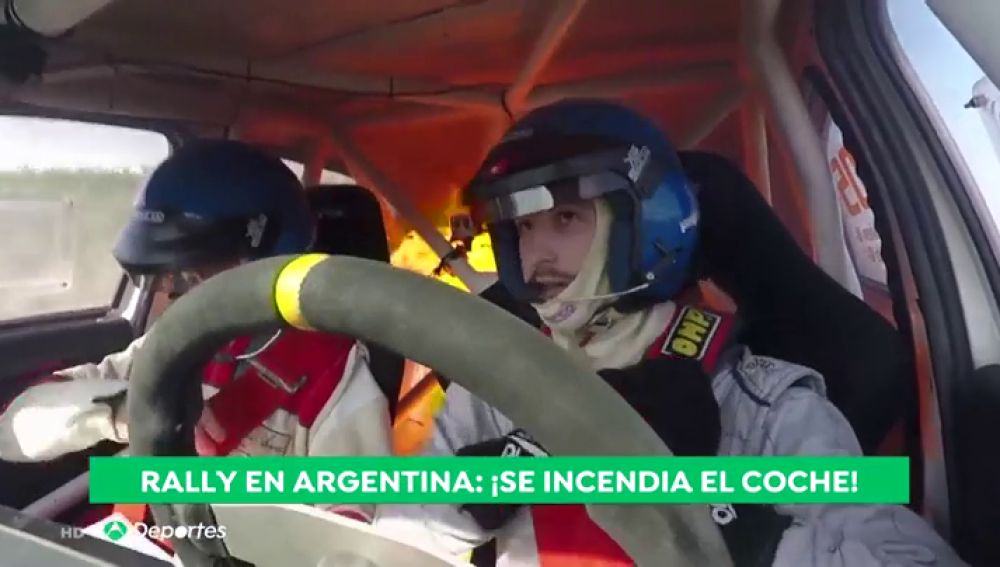 Un coche empieza a arder con los dos pilotos dentro en pleno rally en Argentina