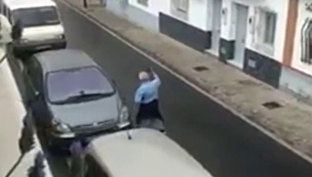 Un hombre destroza con una catana todos los coches que encuentra a su paso