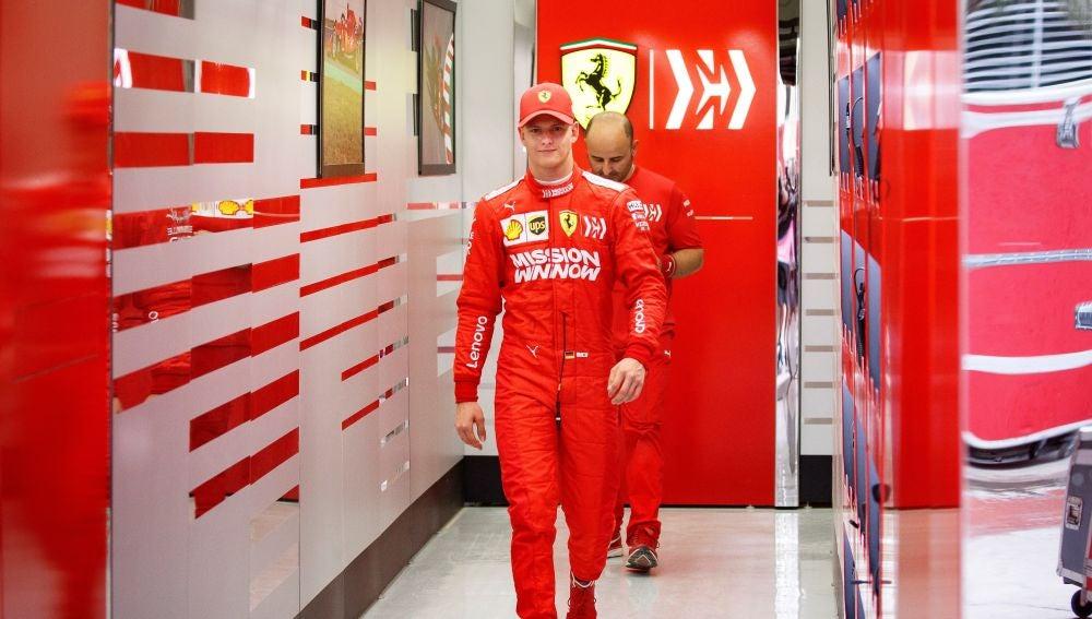Mick Schumacher, en el box de Ferrari en Baréin