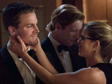 Stephen Amell a Emily Bett Rickards, Felicity y Oliver en 'Arrow'