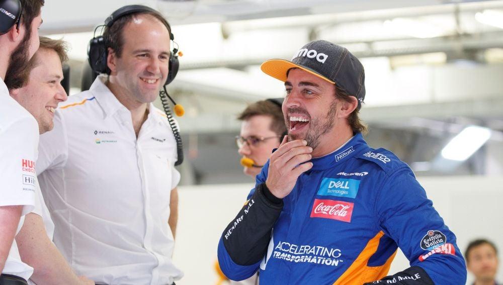 Fernando Alonso, en el box de Mclaren en Baréin