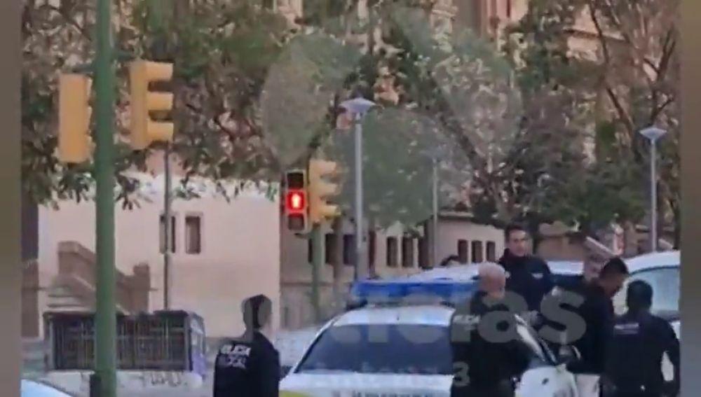 La policía detiene a un hombre armado con dos cuchillos y que amenazaba a los viandantes