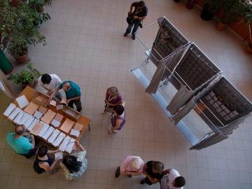 Votantes en un colegio electoral de Madrid el 26-J de 2016.