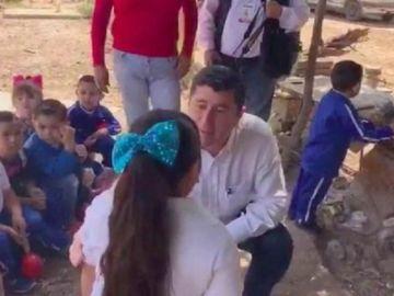 El alcalde con la niña