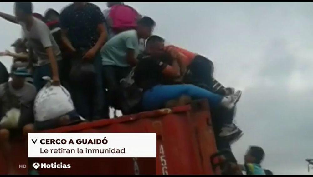 Venezolanos rompen la barrera del puente Simón Bolivar para huir a Colombia