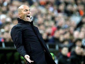 Zidane gesticula en la banda de Mestalla