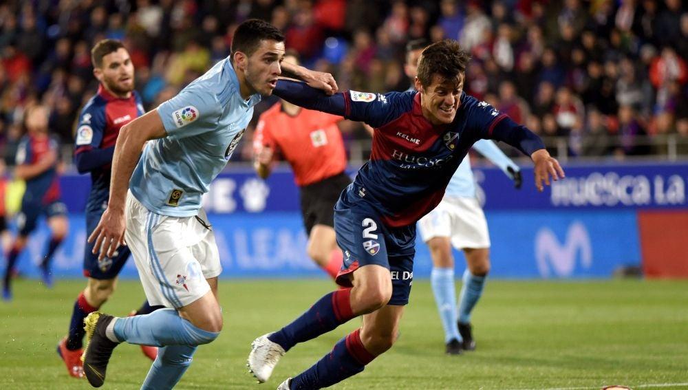 Maxi Gómez y Martín Mantovani pelean por un balón