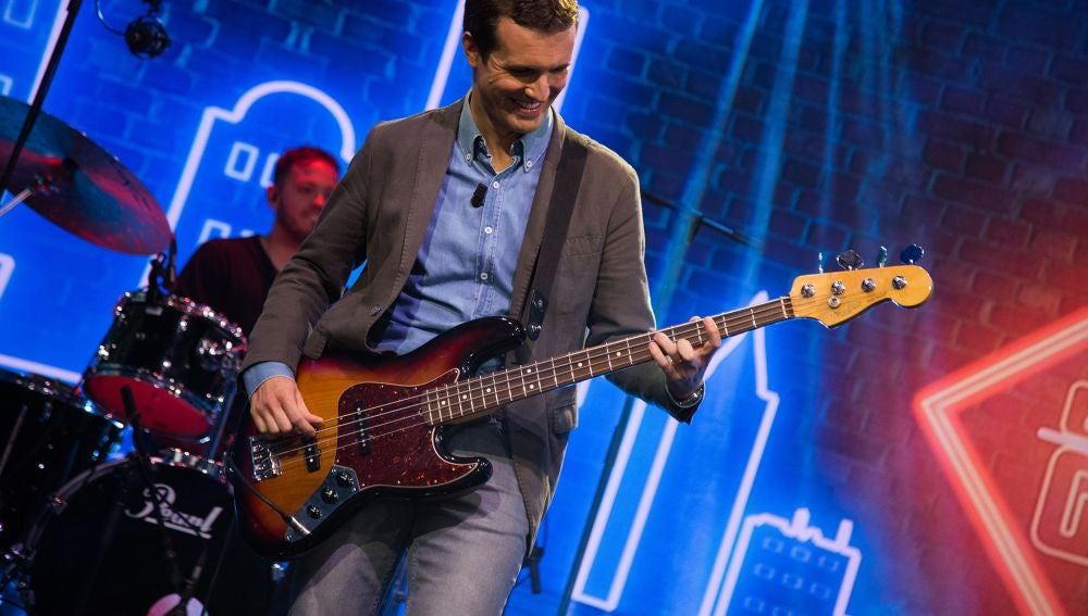 Pablo Casado sorprende tocando el bajo con una versión de 'Uptown funk'