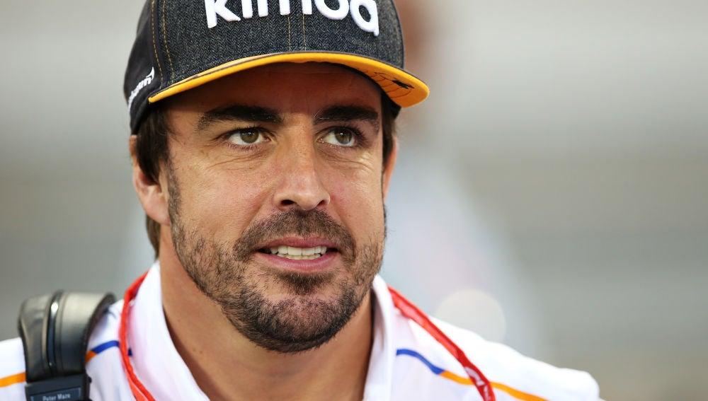 Fernando Alonso sonríe en los test de Baréin de F1