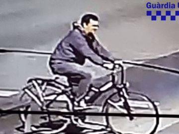 La Guardia Urbana muestra una nueva fotografía del ciclista que atropelló a un menor en Barcelona