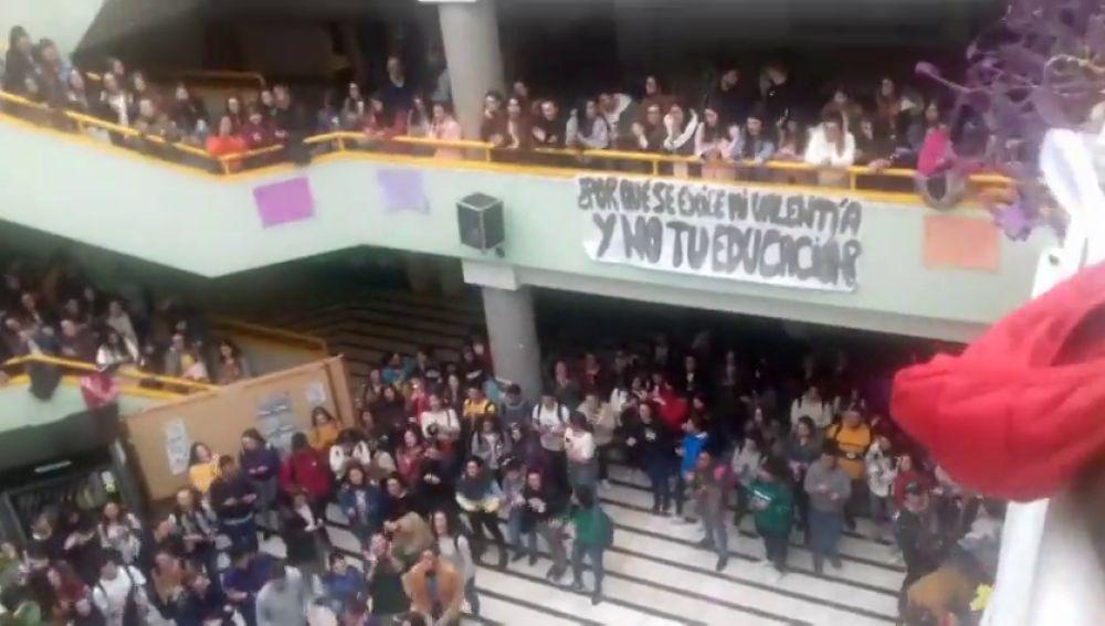 Decenas de estudiantes se manifiestan contra el presunto profesor acosador de la Universidad de Granada