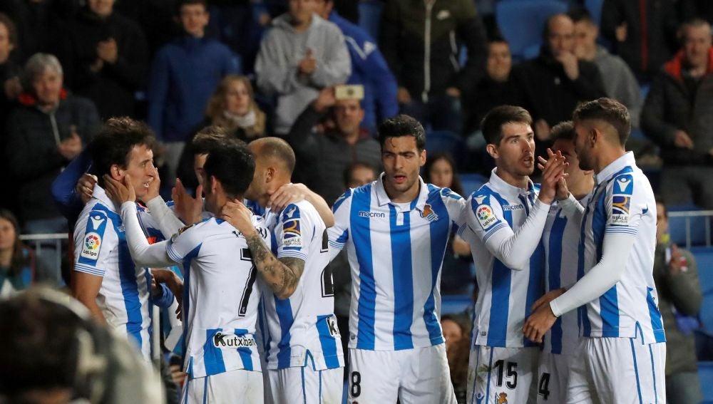 Los jugadores de la Real Sociedad celebran un gol ante el Betis