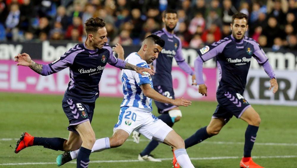 Michale Santos lanza a puerta ante la defensa del Valladolid