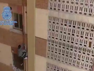 Un detenido trata de escaparse de la Policía descolgándose por una fachada en Murcia