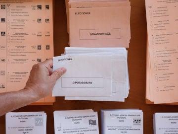 Papeletas y sobres para el Congreso y el Senado.