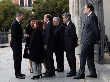 Los reyes, Calvo, Rajoy y exministros asisten al funeral de Pérez-Llorca