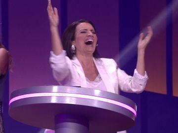 Santi ha sido el último clasificado en la prueba 'Atrapa la silla', el concursante ha peleado tanto por su puesto en la final que de la emoción y la fuerza se ha caído, algo que a Silvia Abril le ha provocado un ataque de risa. ¿Puede haber mejor final?