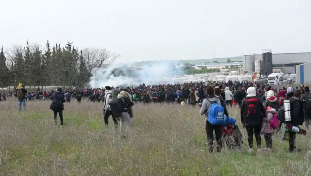 La Policía griega utiliza gas lacrimógeno para dispersar a los inmigrantes que se aglomeran en la frontera
