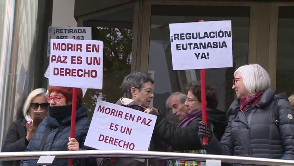 Eutanasia: Un centenar de personas se manifiestan en Madrid en apoyo a Ángel Hernández, el hombre que ayudó a morir a su mujer