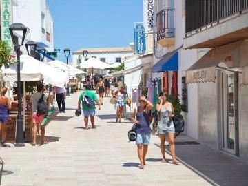 Turistas paseando por Sant Francesc, en Formentera.
