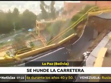 Se desprende una carretera en Bolivia a causa de las fuertes lluvias