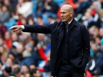 Zinedine Zidane da instrucciones a sus jugadores desde la banda