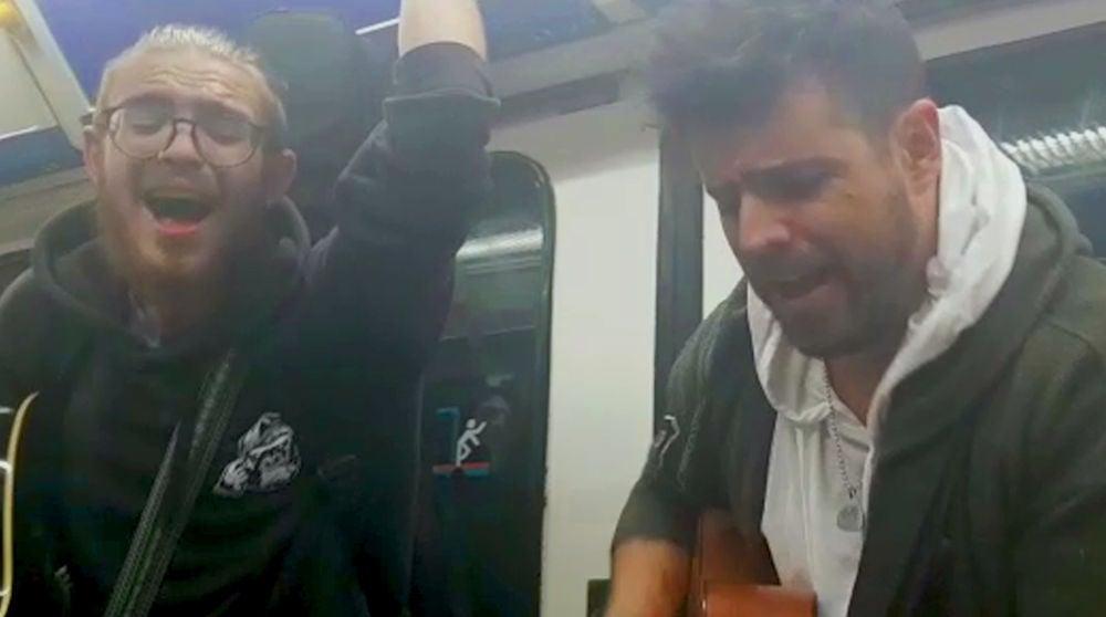 Pablo López sorprende en el Metro de Madrid con una improvisada actuación junto a Andrés Martín