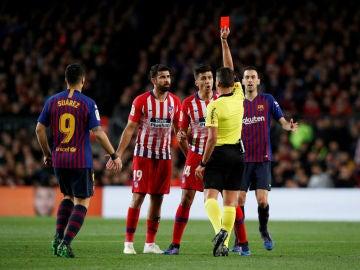Gil Manzano muestra la roja a Diego Costa