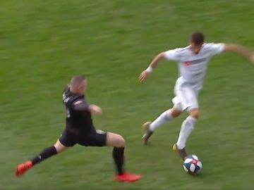 Brutal entrada de Rooney sobre su rival