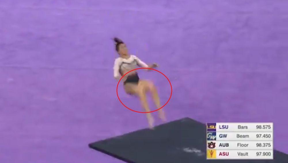 Una gimnasta se rompe las dos piernas al realizar un salto en competición