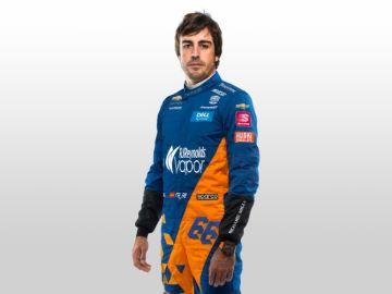 Fernando Alonso con su indumentaria para participar en Indianápolis