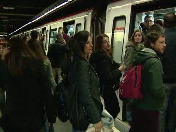 Aglomeraciones y largas esperas en la primera jornada de huelga del Metro de Barcelona