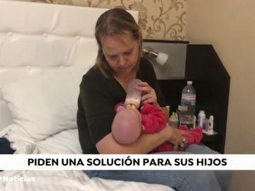 Decenas de parejas españolas que han tenido hijos por vientres de alquiler piden una solución para sus hijos