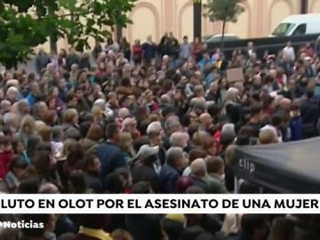 Minuto de silencio y crespón negro en el Ayuntamiento de Olot tras el último asesinato machista