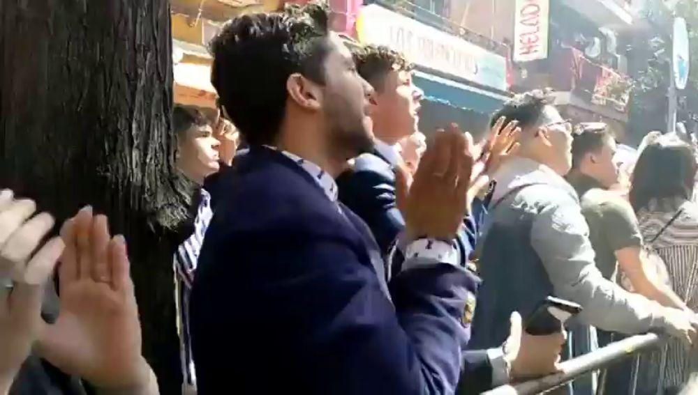 La apasionada reacción de un joven al ver a la Virgen de los Dolores
