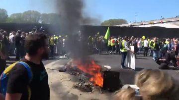 """Disturbios entre radicales y policía en la protesta de """"chalecos amarillos"""" en París"""