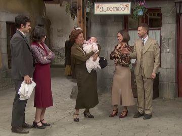 El gracioso lapsus de Dolores con un bebé... que resulta ser su nieta: así ha sido el regreso sorpresa de Grecia e Hipólito a Puente Viejo
