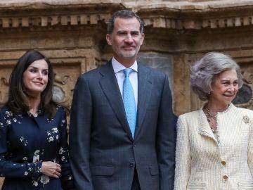 El Rey Felipe, la Reina Letizia y la Reina Sofía en la Misa de Pascua