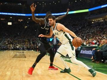 Mirotic, con el balón en un partido ante los Pistons