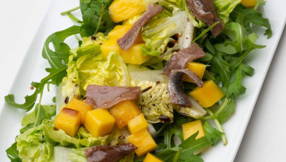 Ensalada de cogollos, mango y anchoa