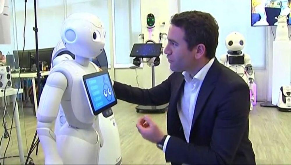 Teodoro García Egea interactúa con un robot y le pide el voto